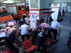 Unos bomberos recibieron un aviso antes del penalti de Rakitic. Captura/Twitter