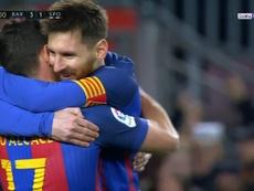 Messi dans les bras de Alcacer après son but. beINSports