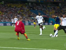 Boateng seemed to bring Berg down in the penalty area. GloboEsporte