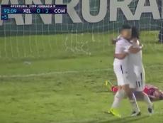 Cincotta se abraza con un compañero tras anotar el 0-3. Captura/FutbolGT