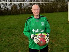 Colin Lee sigue amando y jugando al fútbol con 80 años. SWNS