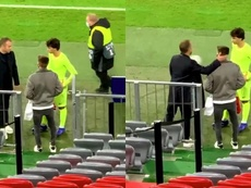 Flick conversó con Joao Felix y el joven del Bayern. Captura/Plettigoal