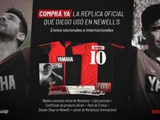 Messi enseñó la camiseta de Newell's de 1993 que llevó Maradona. Twitter/CANOBOficial