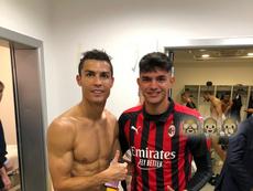 Cristiano Ronaldo, Raoul Bellanova y Chiellini, atrás, desnudo, después del Milan-Juventus de Serie A 18-19. BeSoccer