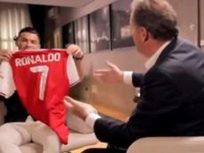Cristiano Ronaldo posando com a camisa do Arsenal. Captura/itv