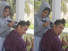 Georgina corta o cabelo de CR7. Twitter/Cristiano