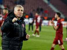 El técnico del Cluj se quejó por la decisión del VAR. CFRCluj