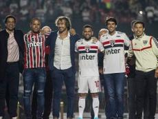 Kaká le entregó el '10' a Alves. Twitter/SaoPaulo