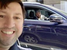 Il selfie di De Rossi con un tifoso. Twitter/basuqa