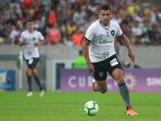 Diego Souza tentou continuar jogando, mas foi substituído e passou mal no banco. Twitter@Botafogo