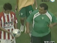 Dybala, devolviendo el balón tras firmar un triplete. Twitter