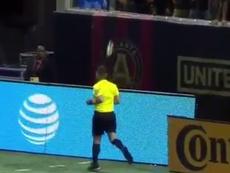 Botellazo de la afición de Atlanta al árbitro. Captura