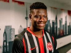 Ragnar Ache signe au Eintracht Francfort. Twitter/Eintracht