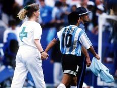La estampa de Maradona de la mano de la enfermera, inolvidable.