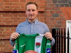 El futbolista francés Achille Campion posa con la camiseta del Cork City irlandés. CorkCityFC