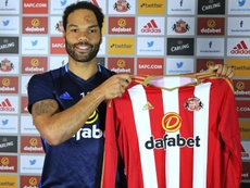 El futbolista Joleon Lescott, posando con la camiseta del Sunderland. SunderlandAFC
