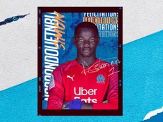 Simon Ngapandouetnbu firma un contrato profesional. Twitter/OM_Officiel