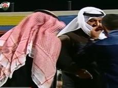 El jeque, hablando con el árbitro del encuentro que enfrentaba al  Al Jahra y Khaitan en la Copa del Emir de Kuwait, antes de perder los estribos. Twitter
