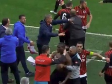 Florentin Pogba tuvo que ser sujetado. Twitter/TRGoller