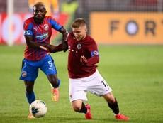 Kayamba fue insultado por aficionados del Sparta de Praga. Twitter/ACSparta_CZ
