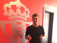 El nuevo futbolista del filial del Sporting de Gijón, Isma Cerro, posa en las instalaciones de su nuevo club. RealSporting