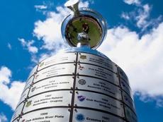 La CONMEBOL tiene ya listo el trofeo y las chapas. Twitter/Conmebol