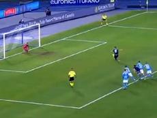O goleador do momento na Itália escorregou e mandou a bola muito longe. Captura/DAZN