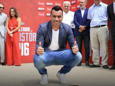 Esteban Paredes recibió el premio de máximo goleador histórico de la Liga Chilena. Twitter/Colocolo