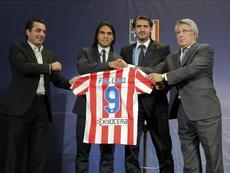 Entre Futre y Falcao le cantaron el himno por Instagram al Calderón a modo de adiós. EFE
