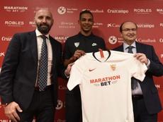 Fernando ya posó con su nueva camiseta. SevillaFC