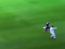 Cristiano usou as costas para tirar adversário do caminho. Twitter