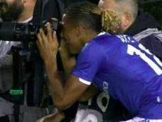 Celebró un gol mirando por una cámara... y el árbitro lo anuló mirando otra. Captura/ESPN