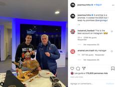 Mou le prometió un jamón a Reguilón y cumplió. Captura/Instagram/josemourinho