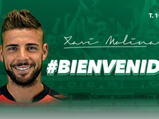 Xavi Molina firma por el Córdoba. Twitter/Córdoba CF