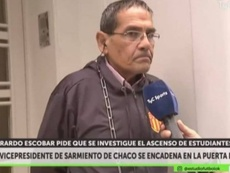 Gerardo Escobar se encadenó a la puerta de la AFA. TyCSports