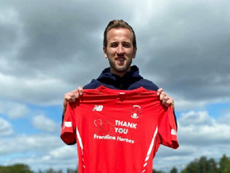 Harry Kane forma parceria com a equipe do Leyton Orient. Twitter/leytonorientfc