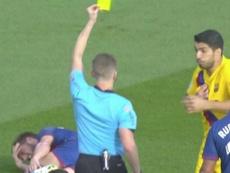 El VAR rectificó la amarilla de Suárez y se la llevó Arthur. Captura/Movistar