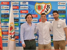 Adrián Carrasco renueva hasta 2022. Twitter/RayoVallecano