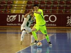 Cristian Cárdenas firma por el Córdoba Futsal. Twitter/CordobaFutsal