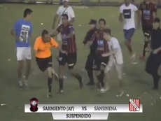Imagem da agressão ao árbitro no encontro entre Sarmiento de Ayacucho e Sansinena. Youtube
