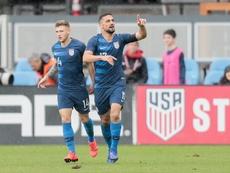 Arriola (derecha) anotó uno de los goles. EFE