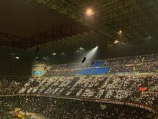 O mosaico luminoso da torcida do Milan. Twitter/HLNinEngeland