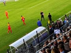 Un árbitro se lesionó y el 'speaker' pidió ayuda por megafonía. Twitter/FranceBleuBzh
