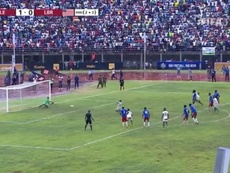 The Sierra Leone player who missed this penalty was attacked in his own home. Captura/FIFA