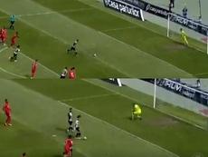 Los dos querían tirar el penalti... y decidieron imitar a Messi y Suárez. Captura/DigiSport