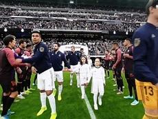 El Sevilla cumplió e hizo el pasillo al Madrid en el Bernabéu. Captura/MovistarLaLiga