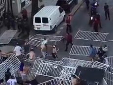 Los hinchas usaron vallas contra la policía. Twitter/Beto_fumo