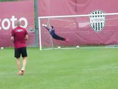 Iniesta fez colega voar em vão em sequência de finalizações durante treinamento. Captura/VisselKobe