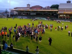 Los aficionados invadieron el estadio del Sestao River. Twitter/MarinoLuanco