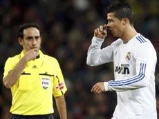 Iniesta a discuté avec l'arbitre pendant le match. EFE